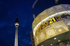 Weltborduhr mit dem Fernsehkontrollturm Stockbild