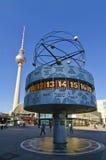Weltborduhr und Fernsehkontrollturm in Berlin Stockbild