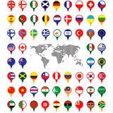 Weltflaggen auf Kartenstiften Stockfotografie
