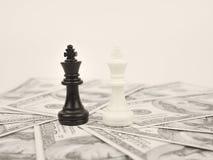 Weltgeldspiel durch schwarzen Siegerschachkönig lizenzfreies stockbild
