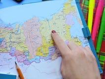 Weltkarte auf dem Tisch von Reisenden Stockfotos