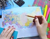 Weltkarte auf dem Tisch von Reisenden Stockfoto