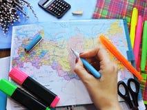 Weltkarte auf dem Tisch von Reisenden Lizenzfreies Stockbild