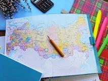 Weltkarte auf dem Tisch von Reisenden Lizenzfreie Stockfotos