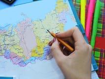 Weltkarte auf dem Tisch von Reisenden Lizenzfreie Stockfotografie