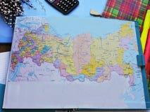 Weltkarte auf dem Tisch von Reisenden Stockbild