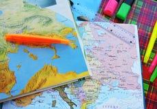 Weltkarte auf dem Tisch von Reisenden Lizenzfreie Stockbilder