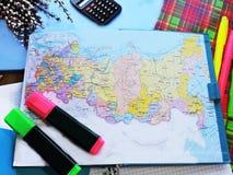 Weltkarte auf dem Tisch von Reisenden Stockbilder