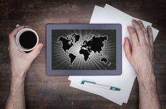 Weltkarte auf einer Tablette Lizenzfreie Stockfotografie
