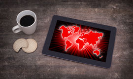 Weltkarte auf einer Tablette Lizenzfreies Stockfoto