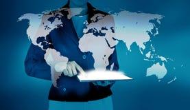 Weltkarte der rührenden Tablette der Geschäftsfrau Stockbild
