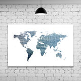 Weltkarte im Ziegelsteinraum Stockbild