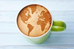 Weltkarte-Kaffeetasse-Hintergrund lizenzfreie stockbilder