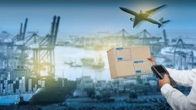 Weltkarte mit logistischer Netzverteilung auf Hintergrund, logistischem und Transportkonzept in der vorderen industriellen Behält stockfoto