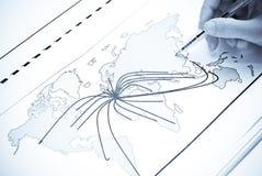Weltkarte mit Zeilen zwischen den Städte der Welt Stockbild