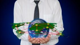 Weltkarte und Bargeldnetz in der Hand Lizenzfreie Stockfotos