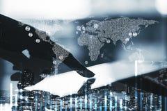 Weltkarte und digitale Tablette Stockfotografie