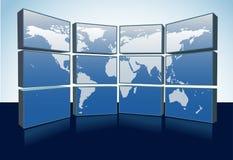 Weltkartenüberwachungsgeräte zeigen Erdekarte auf Bildschirmen an Lizenzfreie Stockfotos