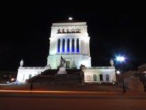 Weltkrieg-Denkmal nachts Stockbilder