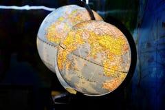 Weltkugelball in der Dunkelkammer stockfotografie