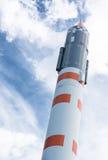 Weltraumrakete über blauem Himmel Stockfotografie