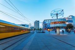 Weltstempeluhr auf Alexanderplatz in Berlin, Deutschland, an der Dämmerung Lizenzfreie Stockfotos