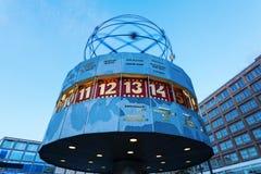 Weltstempeluhr auf Alexanderplatz in Berlin, Deutschland, an der Dämmerung Stockbilder
