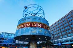 Weltstempeluhr auf Alexanderplatz in Berlin, Deutschland, an der Dämmerung Stockbild