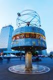 Weltstempeluhr auf Alexanderplatz in Berlin, Deutschland, an der Dämmerung Stockfotografie