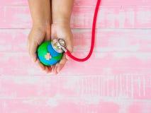 Welttag der erde am 22. April und Weltgesundheitstag, am 7. April Konzept Lizenzfreie Stockfotografie