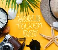 Welttourismus-Tagestypographie Flache Lage-reisender Feiertag Vacatio Lizenzfreies Stockbild