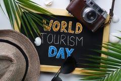 Welttourismus-Tagestypographie Sonnenbrille, Fedora Hat, Palmblatt, Lizenzfreie Stockfotografie
