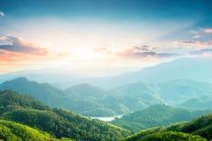 Weltumwelttagkonzept: Gr?ne Berge und sch?ne Himmelwolken unter dem blauen Himmel lizenzfreie stockbilder