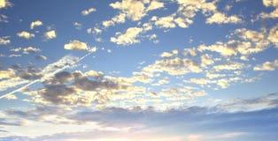 Weltumwelttagkonzept: Schöner Himmel mit Wolke vor Sonnenuntergang lizenzfreies stockfoto