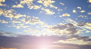 Weltumwelttagkonzept: Schöner Himmel mit Wolke vor Sonnenuntergang lizenzfreie stockbilder