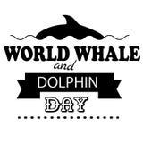 Weltwal-Delphintagesemblem lokalisierte Vektorillustrationsschwarztext auf weißem Hintergrund Lizenzfreie Stockbilder