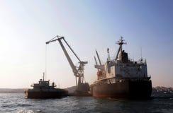 Weltweite Wirtschaft, die sich vorwärts - Kran-und Frachtschiff bewegt Lizenzfreie Stockfotos
