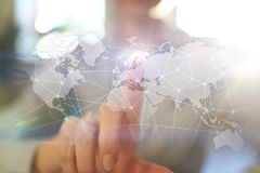 Weltweites Netz auf virtuellem Schirm Weltkarte und Ikonen Hintergrund der blauen Farbe Social Media und globale Kommunikation stockbilder