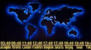 Weltzeit mit Karte in der Nachtversion Lizenzfreie Stockfotografie