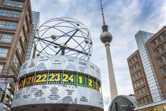 Weltzeituhren (världsklocka) på Alexanderplatz, Berlin Arkivbilder