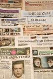 Weltzeitungsdetail von Zeitungen mit Nachrichteninformationen und -lesung stockbild