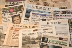 Weltzeitungsdetail von Zeitungen mit Nachrichteninformationen und -lesung lizenzfreie stockfotografie