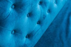 Welur powierzchnia kanapy zakończenie Typ weluru screed dociskający z guzikami Błękitny Chesterfield styl pikujący obrazy stock