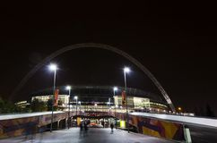 Wembley Stadium en la noche en Londres fotos de archivo