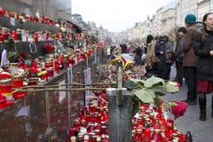 Wenceslas carré avec des gens donnant l'hommage à Havel Image libre de droits