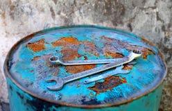 Wenches boven een roestig lichtblauw vat Stock Fotografie