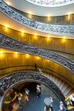 Wendeltreppe mit schönen Schienen in Vatikan-Museum Stockfotos