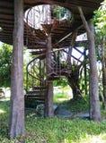 Wendeltreppe zum Balkon und zu den hohen Gehwegen Lizenzfreies Stockbild