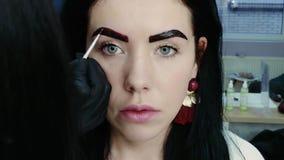 Wenden Sie Farbenkorrektur auf den Augenbrauen an stock footage