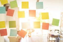 Wenden Sie leere klebrige Anmerkung des Geschäfts über Fenster im Büro ein Lizenzfreie Stockbilder